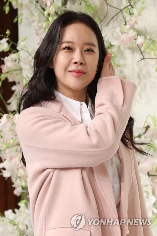 Ca sĩ Baek Ji Young.