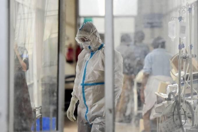 Nhân viên y tế mặc đồ bảo hộ bên trong khoa bệnh nhân Covid-19 tại bệnh viện Swaroop Rani Nehru, bang Uttar Pradesh. Ảnh: AFP.