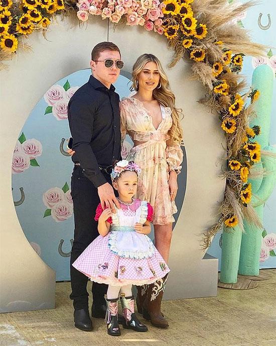 Nhà vô địch boxing Canelo Alvarez bên bạn gái và công chúa nhỏ. Ảnh: Instagram.