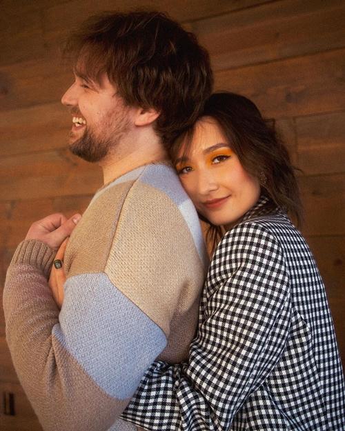 Diva Mỹ Linh thông báo con gái đính hôm từ cuối năm 2020 nhưng đến nay, Anna Trương mới chính thức lên tiếng xác nhận. Cô chia sẻ những hình ảnh thân mật bên bạn trai ngoại quốc và cảm thán: Chúng tôi đã đính hôn. Thật không thể tin được.