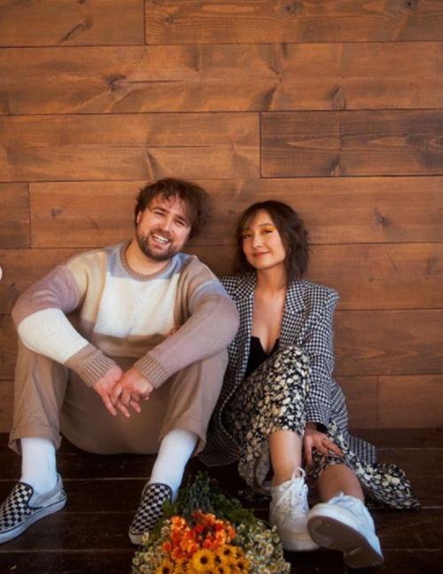 Anna và Eric đều làm việc trong lĩnh vực âm nhạc. Cả hai có chung nhiều sở thích, cùng quan điểm sống là hướng đến sự đơn giản và tích cực. Trong bộ ảnh, cặp đôi diện trang phục thường nhật để toát lên sự tự nhiên, gần gũi.