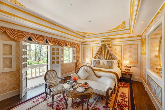 Với 43 phòng nghỉ, khách sạn có 5 loại phòng, từ Superior tiêu chuẩn đến phòng Suite cao cấp đều được trang bị những tiện nghi cao cấp. Nội thất cũng mang phong cách hoàng gia châu Âu, nhìn xuống vườn hoa lãng mạn.
