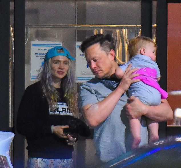 Tỷ phú Elon Musk bế con tới New York diễn hài