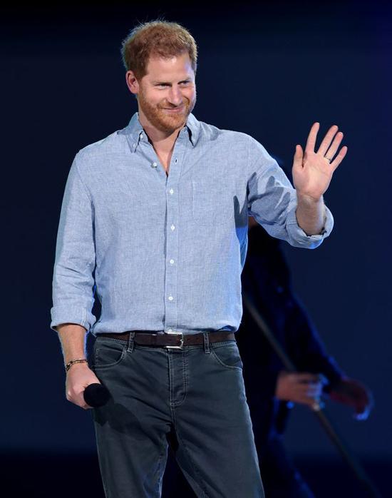 Hoàng tử Harry tự tin xuất hiện trong buổi hòa nhạc với các sao hạng A tại Los Angeles tối 2/5. Ảnh: Global Citizen.