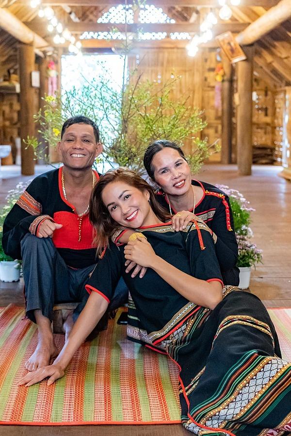 HHen Niê bên bố mẹ dịp Tết Tân Sửu 2021.