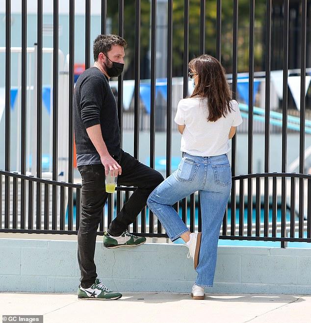 Ben Affleck và Jennifer Garner trò chuyện vui vẻ khi đưa con trai đi học bơi vào cuối tuần qua.