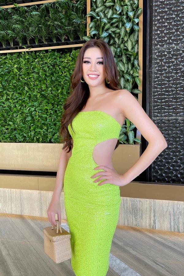 Khánh Vân chọn bộ váy màu xanh neon,