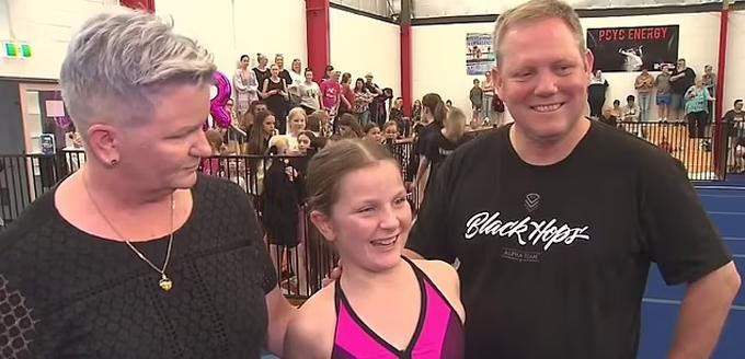 Amelia và mẹ (trái) sau khi hoàn thành xong việc phá kỷ lục nhào lộn hôm 1/5. Ảnh: Hicks.