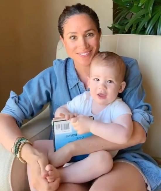 Meghan đọc sách cho Archie trong video mừng thôi nôi hồi tháng 5 năm ngoái. Ảnh: PA.