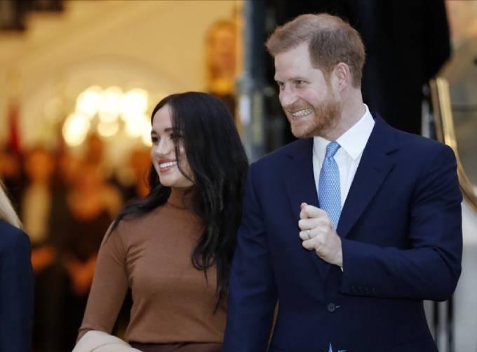 Nhà Harry-Meghan trong một hoạt động hồi đầu năm ngoái, trước khi tuyên bố sẽ rút khỏi hoàng gia. Ảnh: AP.