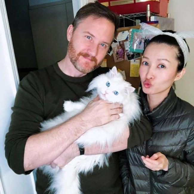 Brian Thomas và vợ thứ hai.