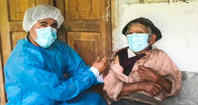 Nhân viên y tế tiêm vaccine Covid-19 cho cụ ông 121 tuổi Tolentino ở Huanuco, Chaglla, Peru hôm 30/4. Ảnh: Newsflash.