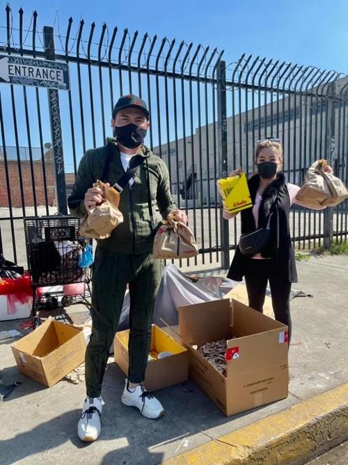 Thúy Nga chăm làm từ thiện. Chị cùng một số người bạn phát lương thực để giúp đỡ những người vô gia cư.