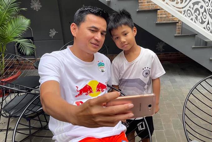Kiatisuk thân thiện cầm máy selfie cùng fan nhí trong một buổi đi cafe. Ảnh: KS.