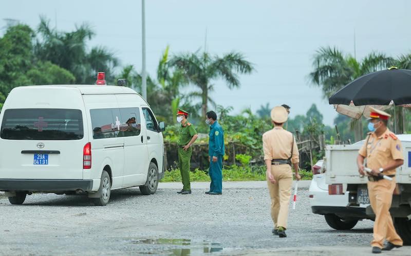 Lực lượng chức năng lập 4 chốt kiểm soát bên ngoài Bệnh viện Nhiệt đới Trung ương cơ sở 2.