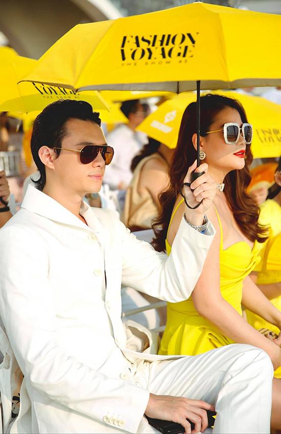 Ngồi Trương Ngọc Ánh và bé Bảo Tiên khi xem show, Anh Dũng liên tục dành cho bạn gái hơn tuổi những cử chỉ quan tâm. Anh tìm ô che cho hai mẹ con khỏi nắng.