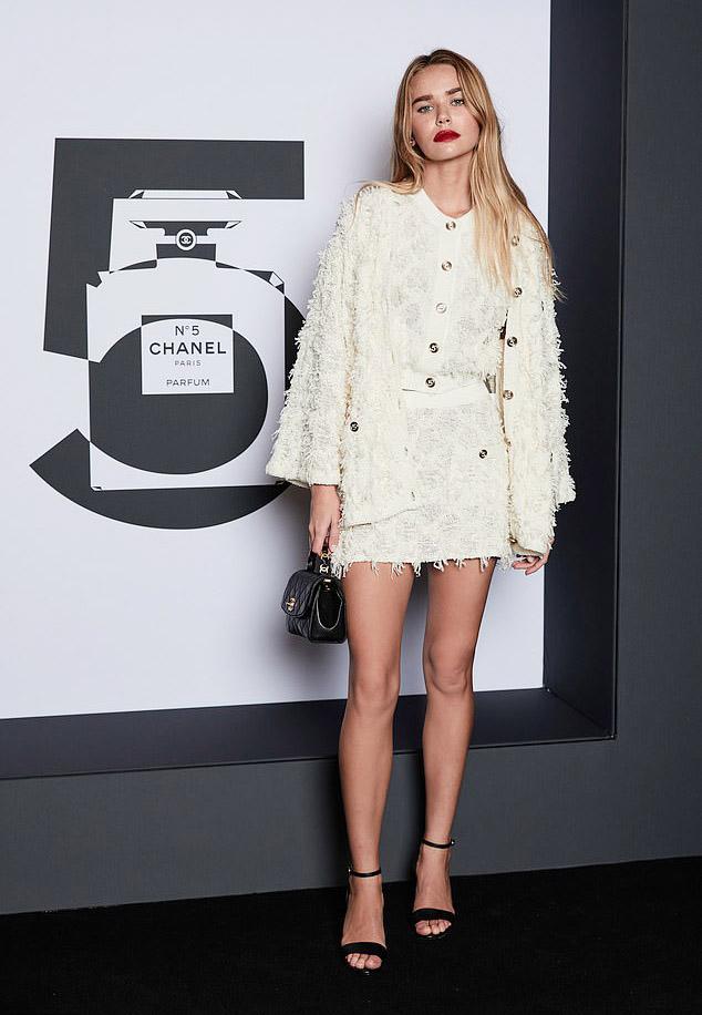 Set đồ Chanel gam trắng phủ họa tiết nổi đem tới cho Gabriella Brooks vẻ thanh lịch, thời thượng.