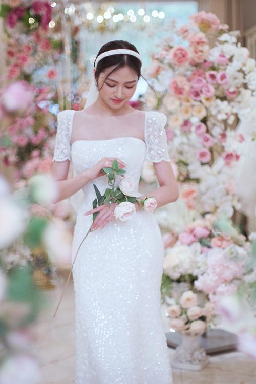 Phom dáng gọn gàng là ưu tiên của NTK khi thực hiện các trang phục để cô dâu đi chào bàn.