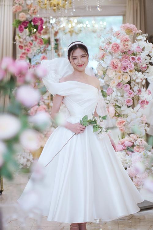 Thanh lịch, tinh tế, nhẹ nhàng là những tiêu chí mà NTK Gia Nguyễn gửi gắm ở bộ sưu tập váy cưới lần này của mình. Cô ứng dụng kỹ thuật xếp giấy origami để tạo hình cho váy, sử dụng chất liệu vải thượng hạng để đầm cưới trở thành ao ước của mọi cô gái.