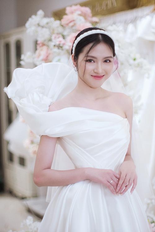 Gia Nguyễn tạo hình cánh hoa nơi tay áo trễ, xếp nếp vải sao cho không rối mắt mà vẫn đảm bảo tính thẩm mỹ cho bộ cánh quan trọng nhất đời của một cô dâu.