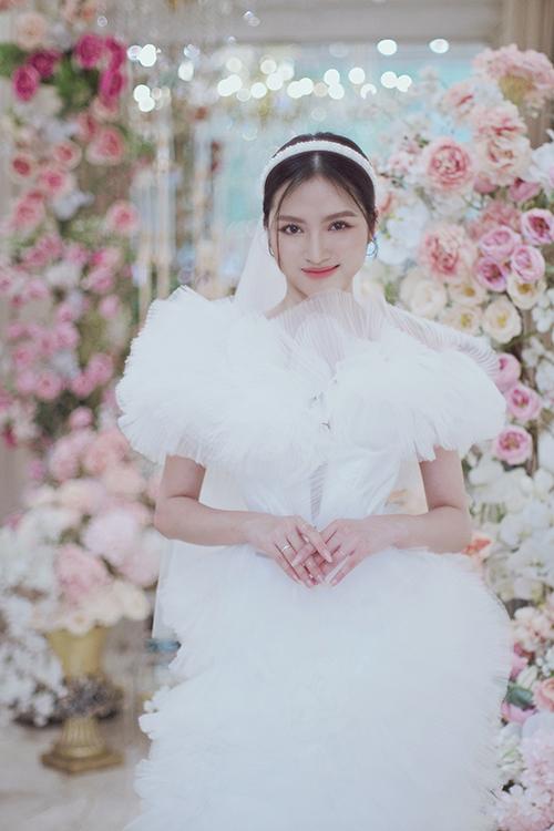 Gia Nguyễn thử thách mình với váy cưới xếp ly. Váy không có hạt bắt sáng nhưng đủ tạo sự ấn tượng với chi tiết xếp ly liên tiếp, tạo khối nhấn nhá cho một trang phục vốn quen thuộc.