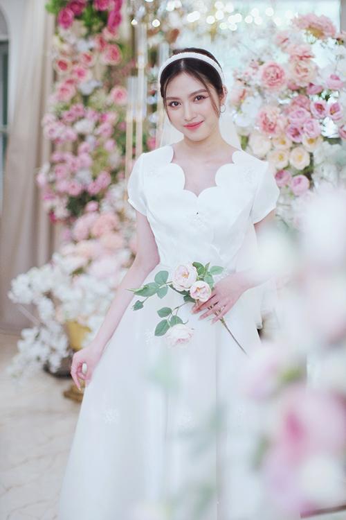 Váy cưới mới lạ nhờ đường viền cổ áo cách điệu từ nửa hình tròn liên tiếp.