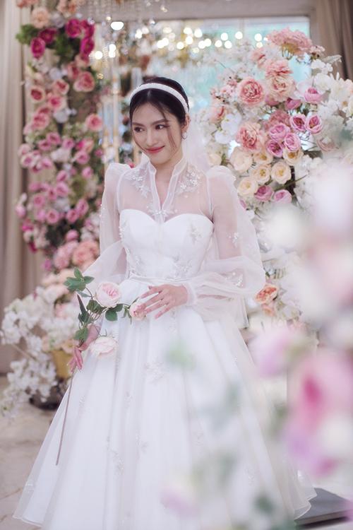 Váy cưới ngắn trở thành lựa chọn tối ưu cho mùa hè vì ít vướng víu, phù hợp tiết trời nóng. Khi muốn biến tấu, cô dâu có thể cởi áo choàng ngoài để biến bộ đầm thành kiểu váy cúp ngực.