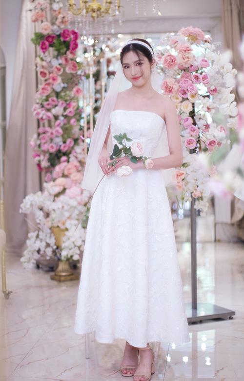 Váy quây hoạ tiết hoa nổi cũng giúp cô dâu trở thành tâm điểm trong tiệc cưới mùa hè. Bộ ảnh được thực hiện bởi trang phục: CIEL de GIA Bridal, nhiếp ảnh: Gia Nguyễn, decor: 9HAUS Planner, người mẫu: Lan Chi.