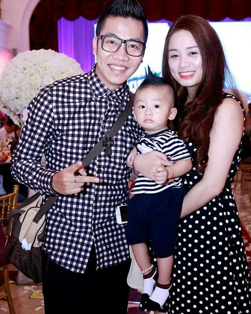 Hoàng Rapper bên vợ và con trai.