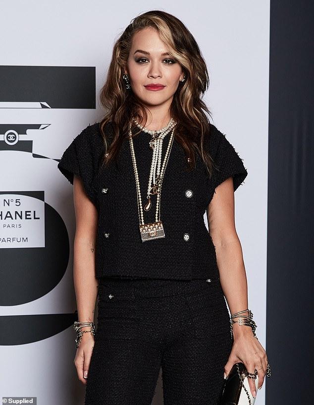 Ngôi sao nhạc pop thể hiện sự tinh tế trong một bộ trang phục toàn màu đen của nhà thiết kế, bao gồm một chiếc áo sơ mi kẻ sọc đen trị giá 6.550 USD và quần ống rộng kết hợp với giá bán lẻ là 5.890 USD. Ca sĩ Hot Right Now kết hợp bộ đồ sành điệu với một đôi giày cao gót màu đen và đeo một số vòng cổ Chanel.
