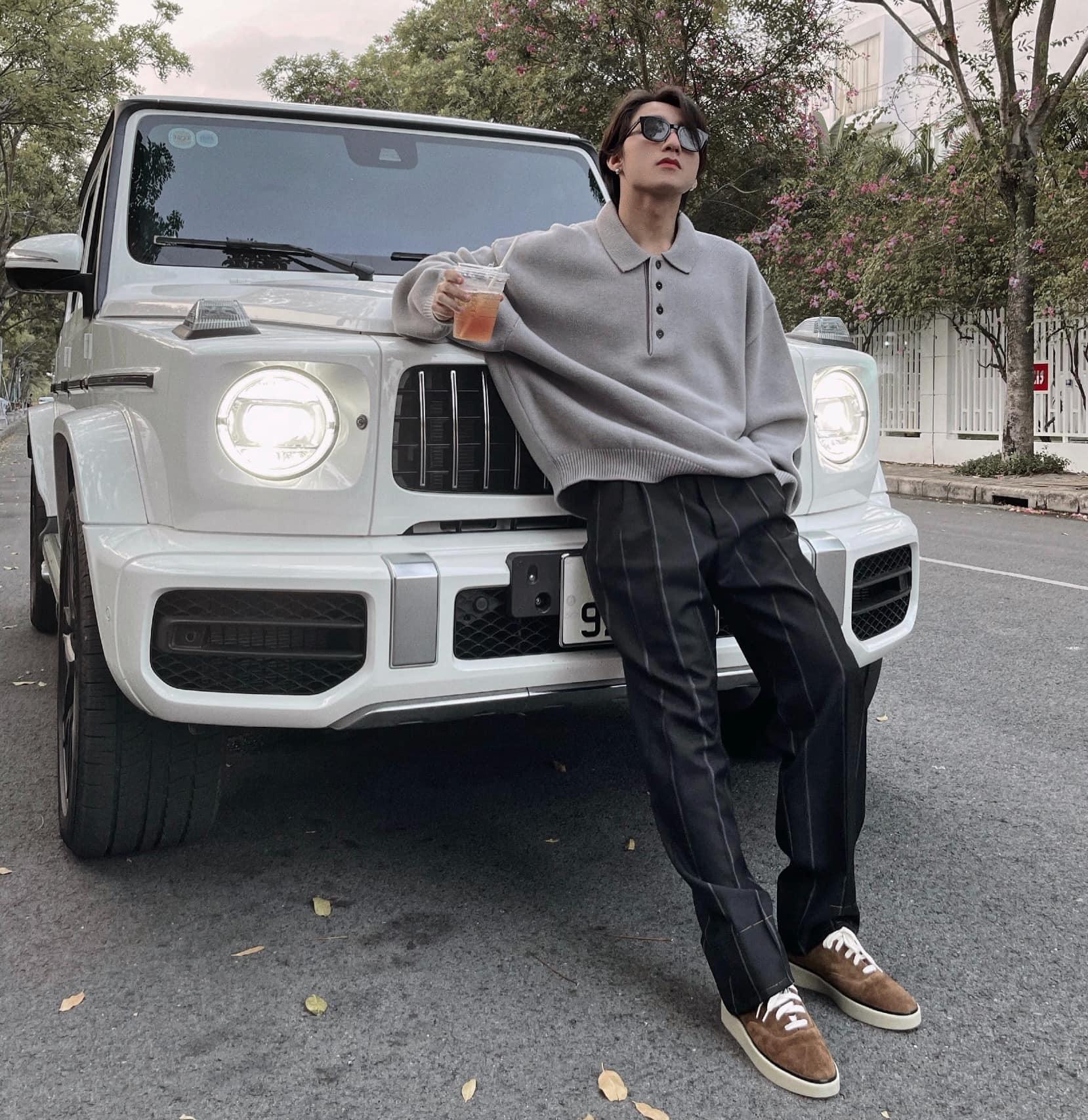Sơn Tùng M-TP bày tỏ niềm hào hứng khi chính thúc sở hữu chiếc xế hộp đình đám. SUV Đức mang kiểu dáng hình khối nam tính và được sử lý tinh tế không tạo cảm giác thô kệch.