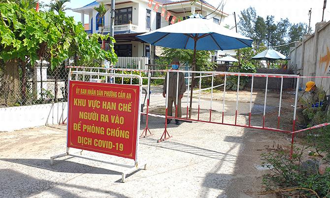 Chính quyền Hội An lập chốt chặt kiểm soát người ra vào khu vực bệnh nhân 2982 và 2997. Ảnh: Sơn Thủy.