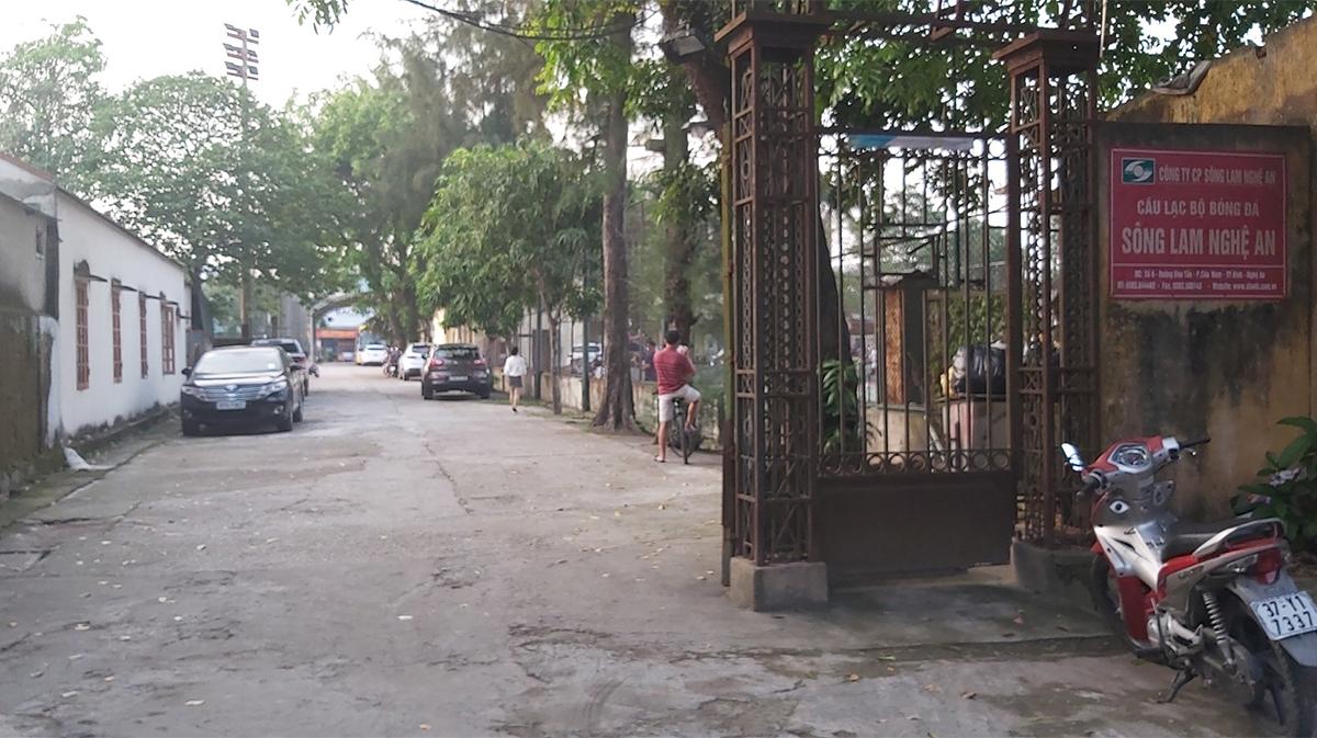 Cổng vào khu vực đội bóng sông Lam Nghệ An đóng quân, chiều 6/5. Ảnh: Hải Bình