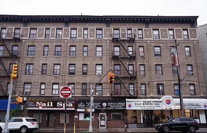 Tòa chung cư The Bronx trên Đại lộ East Tremont, New York, nơi cậu bé Jose Garcia rơi xuống hôm 23/5. Ảnh: NBC.