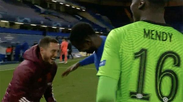 Eden Hazard (ngoài cùng bên trái) cười đùa với hai đồng đội cũ và cũng là đối thủ ở bán kết Champions League sau trận thua 0-2 tối 5/5. Ảnh: BTSport.