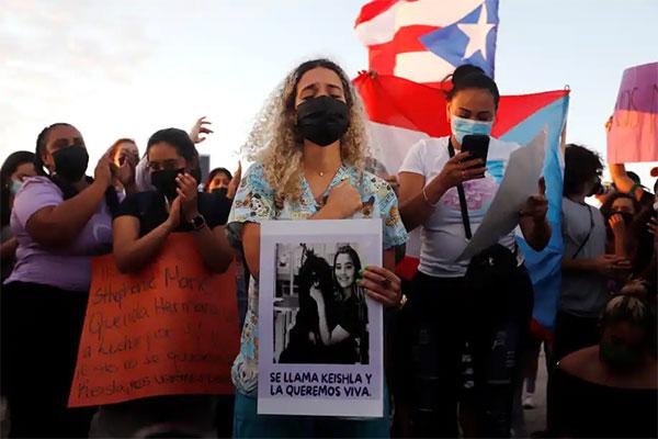 Chị gái nạn nhân cầm di ảnh em gái tham gia biểu tình phản đối bạo lực với phụ nữ hôm đầu tuần. Ảnh: EPA.