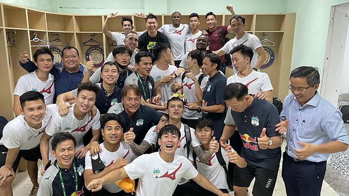 Kiatisuk tổ chức sinh nhật cho Xuân Trường trong phòng thay đồ sau trận thắng Thanh Hóa 2-1 ở vòng 11. Ảnh: KS.