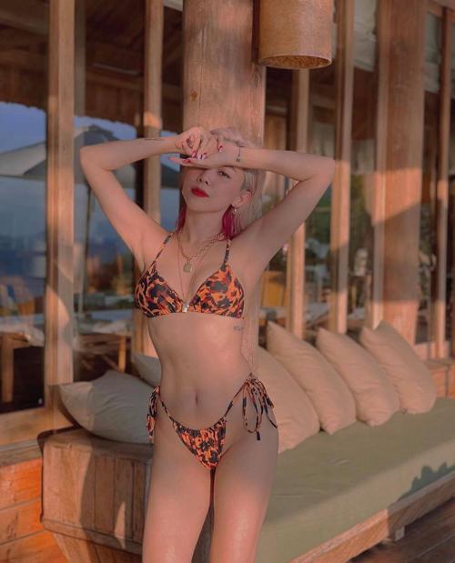 Mỗi khi đi du lịch biển, hành lý của Tóc Tiên luôn không bao giờ thiếu các mẫu áo tắm hợp mốt.