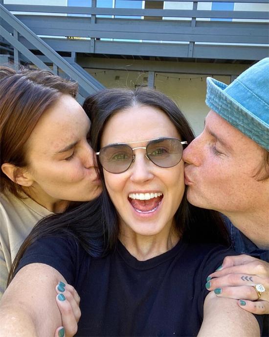 Demi Moore mừng con gái út đính hôn.