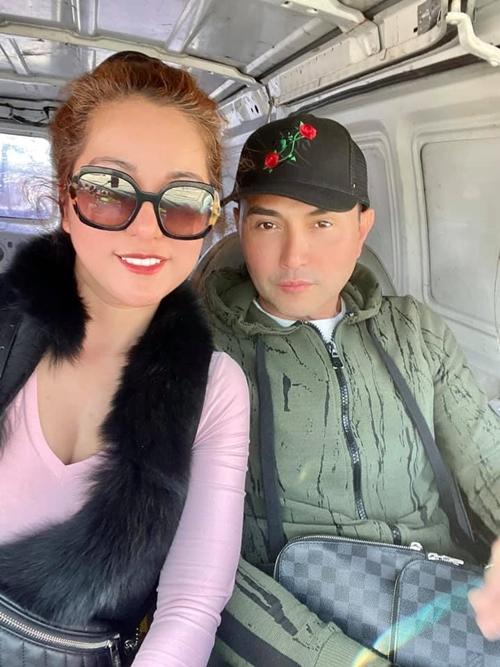 Nữ dành hài cùng bạn thân, ca sĩ Leon Vũ, trong một chuyến thiện nguyện.