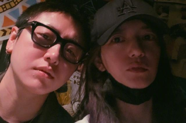 Triệu Vy và chàng trai trẻ chia sẻ ảnh trên mạng xã hội.