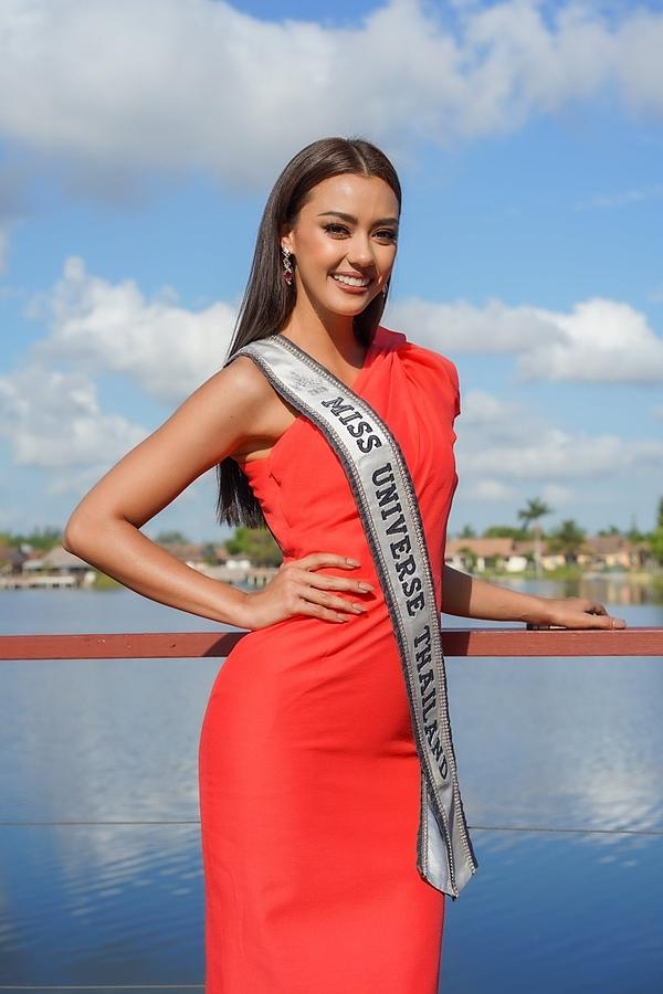 Khánh Vân lên đồ chặt chém đối thủ ngày đầu thi Miss Universe - 4