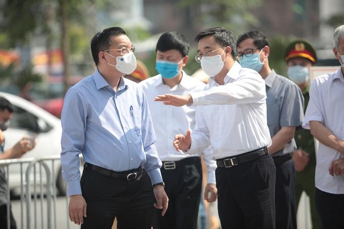 Thứ trưởng Bộ Y tế Trần Văn Thuấn và Chủ tịch TP Chu Ngọc Anh chỉ đạo phòng chống dịch tại bệnh viện.