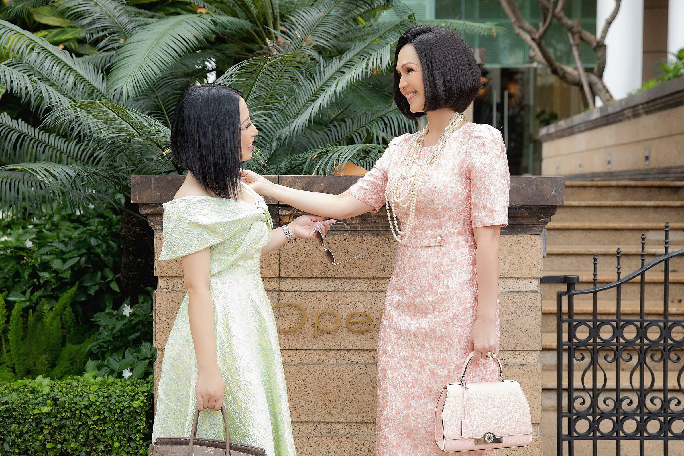 Tham dự tiệc tại khách sạn sang trọng ở TP HCM, Hoa hậu Kristine Thảo Lâm và diễn viên Diễm My cùng để tóc ngắn và diện trang phục màu pastel nhẹ nhàng. Nàng hậu chia sẻ chia sẻ mình rất thích kiểu tóc, giúp cô toát lên nét đẹp tự nhiên, khuôn mặt thêm đầy đặn