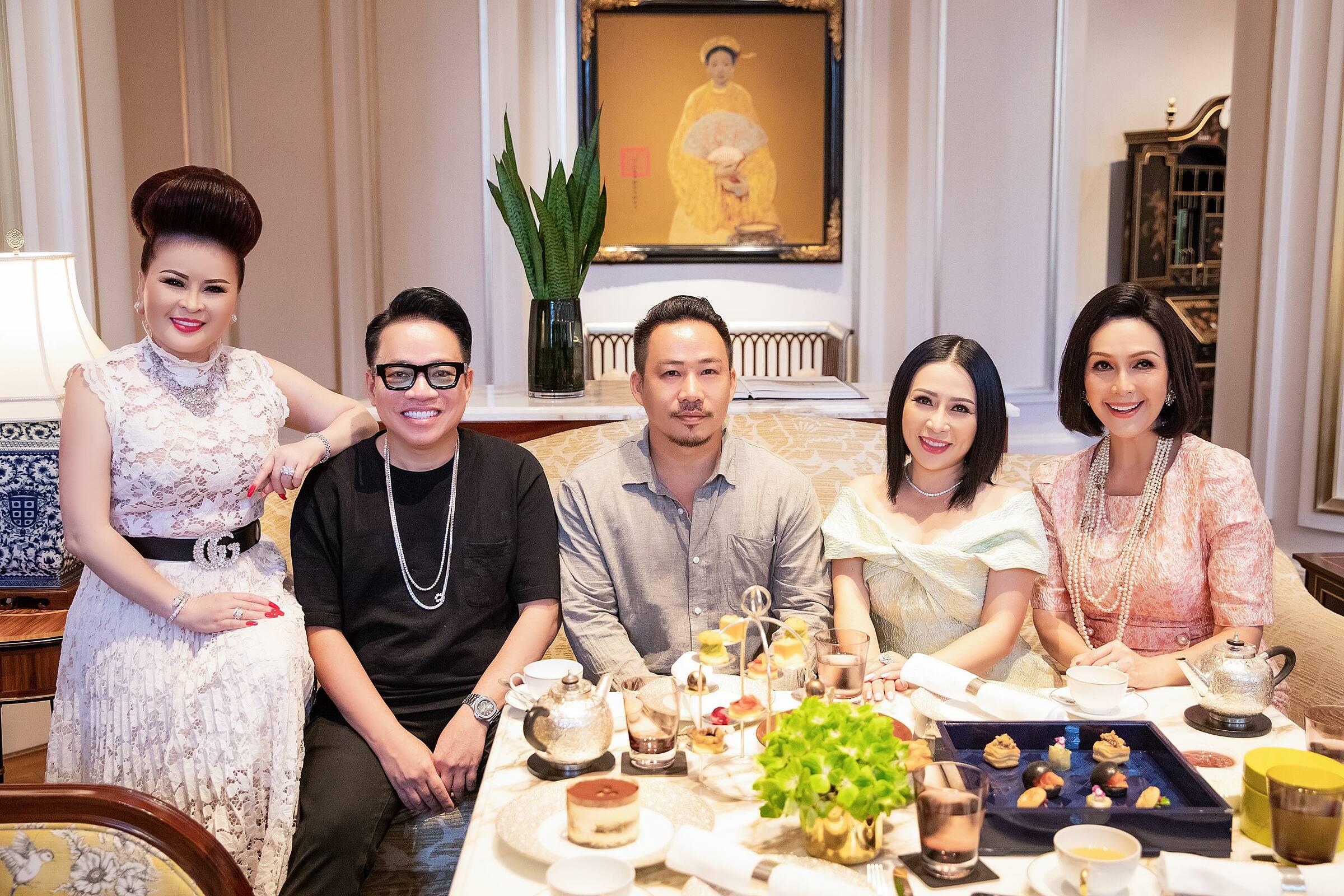 Bữa tiệc do doanh nhân Huy Cận (áo đen) tổ chức còn có sự góp mặt của dianh nhân Thủy Nguyễn, nhạc sĩ Huỳnh Nhật Đông...