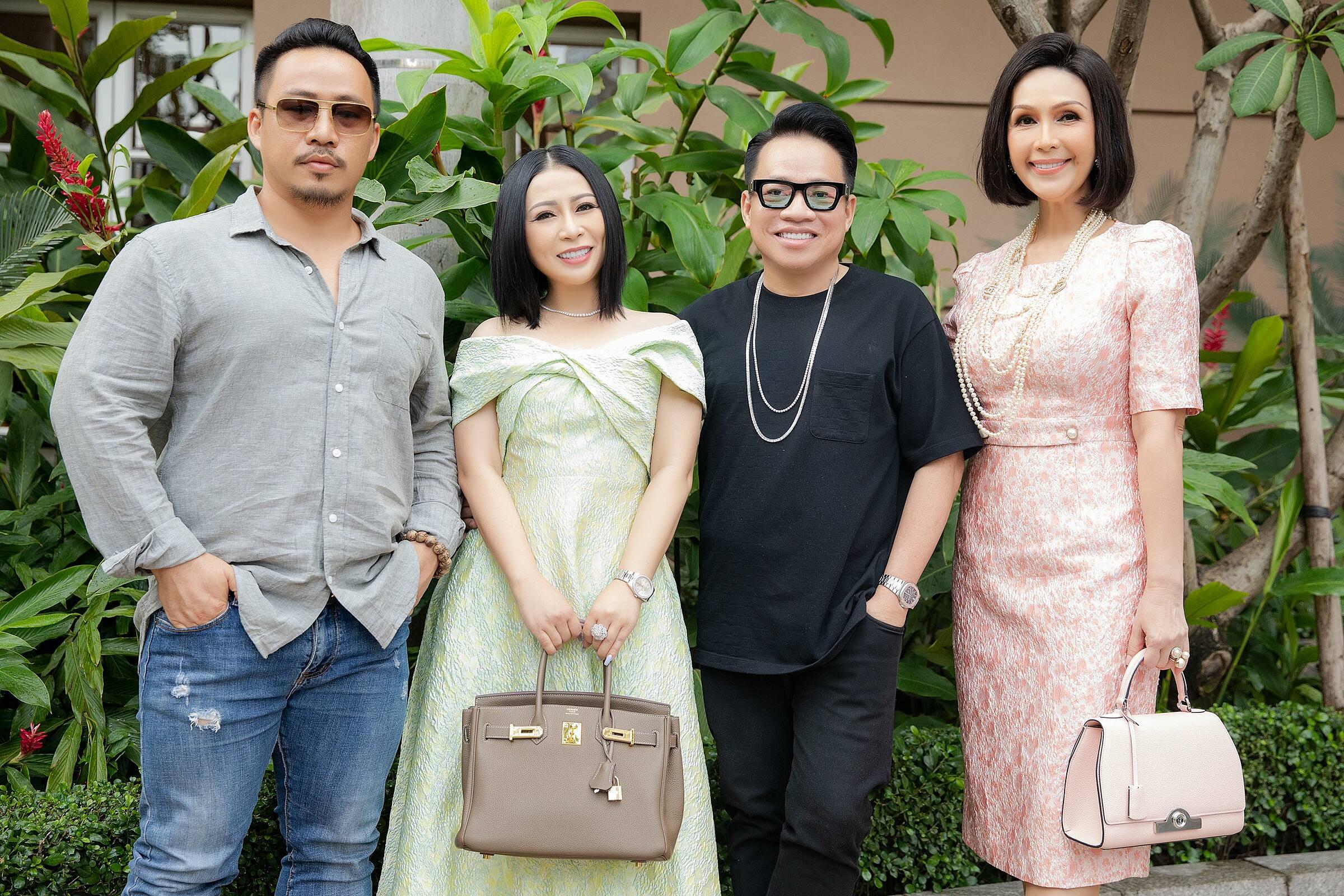 Màu xanh cốm cùng kiểu dáng may cắt trễ vai trẻ trung giúp Kristine Thảo Lâm thanh lịch và trẻ trung hơn. Mẫu váy của nàng hậu đến từ thương hiệu SIXDO của nhà thiết kế Đỗ Mạnh Cường. Còn nữ diễn viên chọn thiết kế váy hồng nhẹ nhàng, sang trọng.