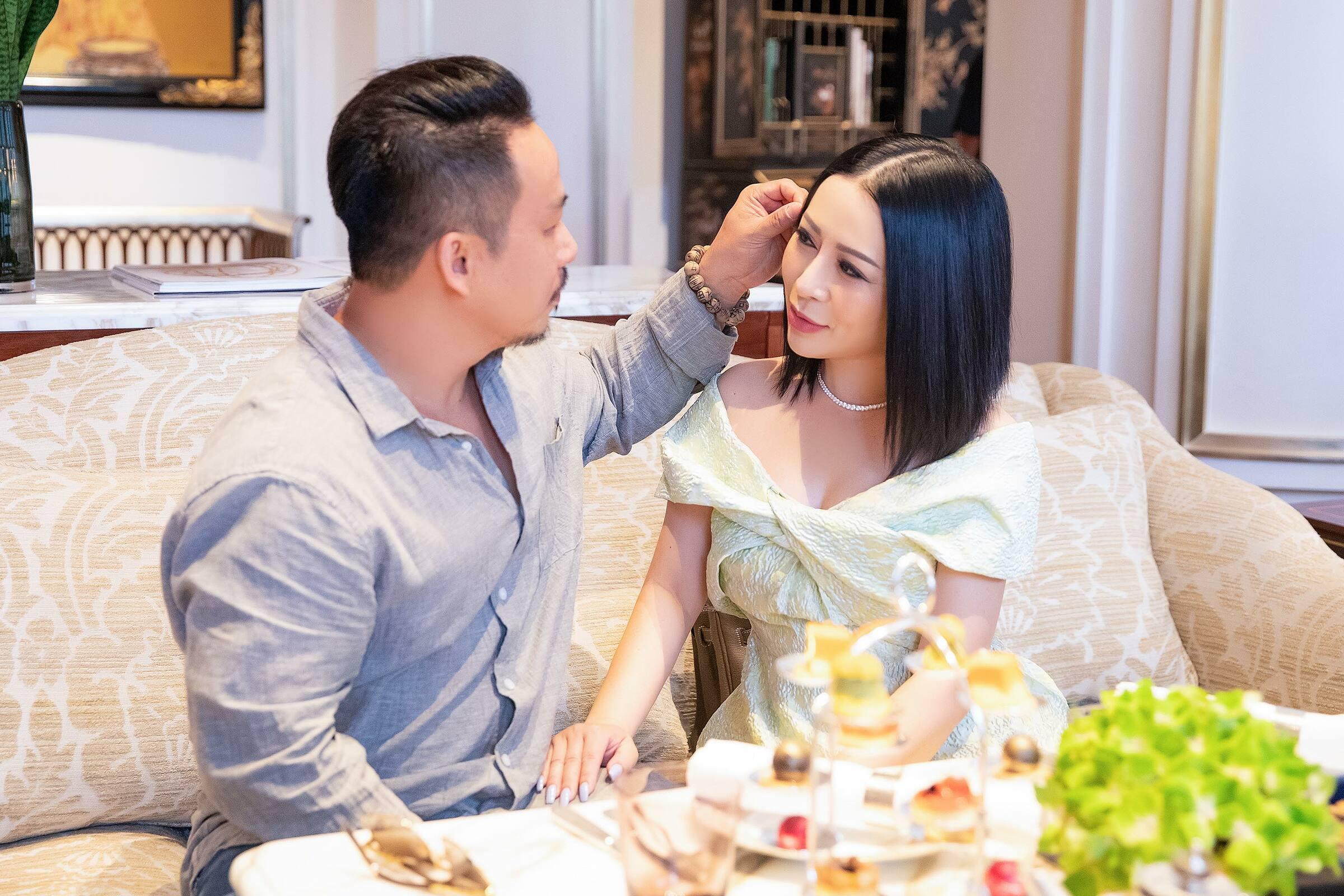 Trong bữa tiệc, nhạc sĩ Nhật Đông dành nhiều hành động tình cảm, chăm sóc nàng hậu. Kristine Thảo Lâm từ Mỹ về Việt Nam cách đây gần một  tháng, sau nhiều lẩn lỡ hẹn vì dịch bệnh. Mới đây, người đẹp mới có dịp trở lại thăm quê hương và hội ngộ bạn bè. Hoạt động trong ngành giải trí, Kristine Thảo Lâm có mối quan hệ thân thiết với nhiều nghệ sĩ Việt. Cô vừa là CEO, nhà sáng lập cuộc thi Ms Vietnam Beauty International Pageant - cuộc thi phát triển không ngừng trong 8 năm, có quy mô tổ chức chuyên nghiệp, được các nghệ sỹ, thí sinh là người Việt trên toàn thế giới ủng hộ.