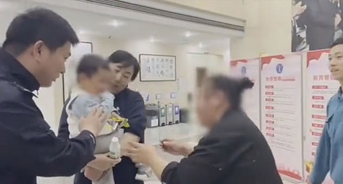 Người thân đón Jiajia ở đồn cảnh sát sau khi cậu bé được tìm thấy. Ảnh: Asia Wire.
