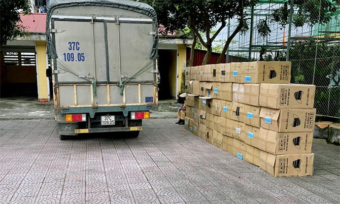 Xe tải và 49 thùng carton đựng khẩu trang tại trụ sở Công an huyện Hương Sơn. Ảnh: T. Ngà