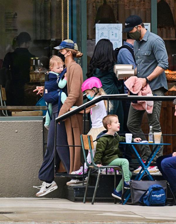 Blake Lively và Ryan Reynolds cùng hai con rời tiệm bánh.